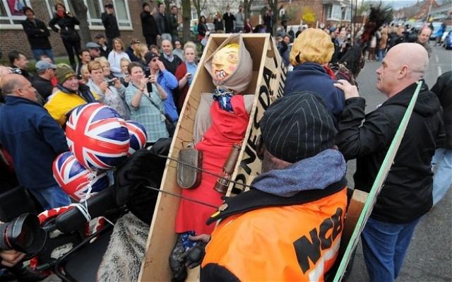 Еще $31 000 была направлена службе скорой медицинской помощи в Лондоне. Неудивительно, что среди граждан возникли многочисленные акции протестов, ведь политикой Тэтчер были довольны далеко не все, а потому траты денег из бюджета не всех обрадовали.