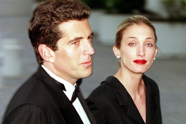 """16 июля 1999 года бизнесмен со своей женой и ее сестрой вылетел из аэропорта округа Эссекс в Нью-Джерси на легкомоторном самолете """"Пайпер Саратога"""", чтобы отправиться на свадьбу своей двоюродной сестры."""