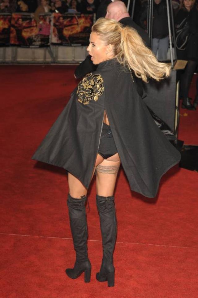 А британская модель Кэти Прайс собиралась на красную дорожку второпях, поэтому нашла только черный плащик.