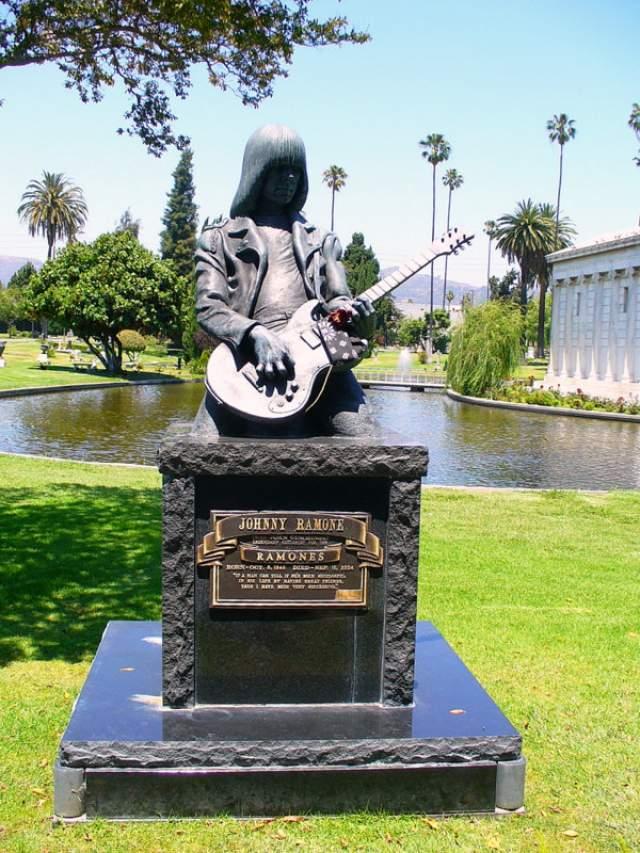 Джонни Рамон. Участник группы The Ramones изображен на могильном изваянии дающим концерт.