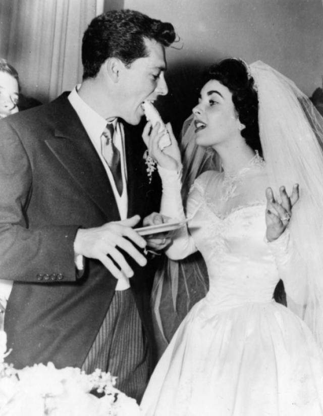 Элизабет Тейлор (8 браков). 23-летняя Тейлор впервые вышла замуж за 18-летнего Конрада Хилтона-младшего , наследника миллионного состояния сети отелей Hilton. Ники много пил, пропадал в казино, употреблял наркотики. Также он был против карьеры Элизабет в кино. Через 9 месяцев они развелись.