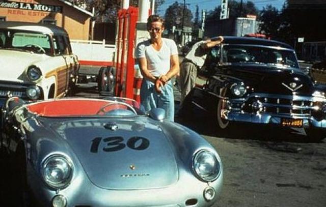 Последнее фото Джеймса Дина с новым Porsche Spyder, в котором он попадет в смертельную автокатастрофу.