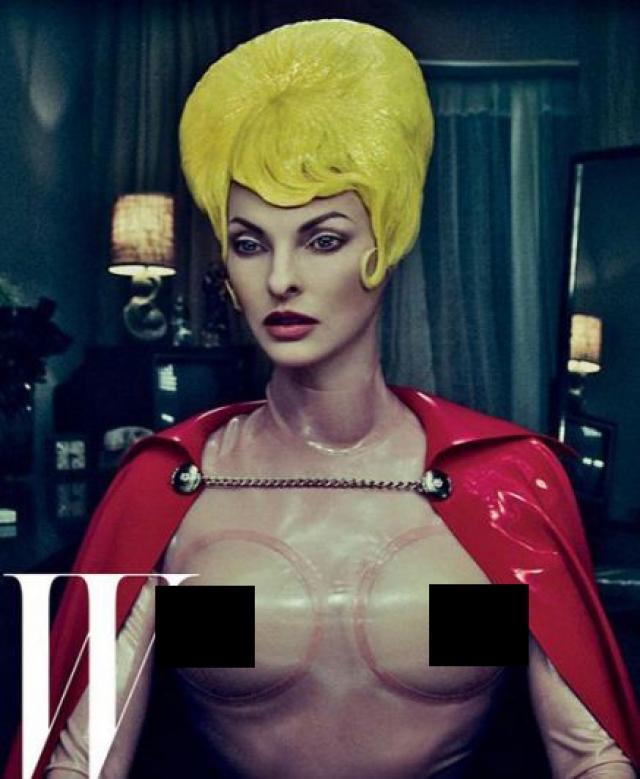 """Правда, в полной мере съемкой в стиле """"ню"""" этот фотосет под руководством Стивена Кляйна назвать нельзя, поскольку Линда одета в латексный костюм, имитирующий обнаженное женское тело."""