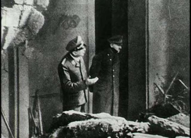 Адольфа Гитлера , осматривающего ущерб от попадания снаряда сфотографировали за два дня до самоубийства.