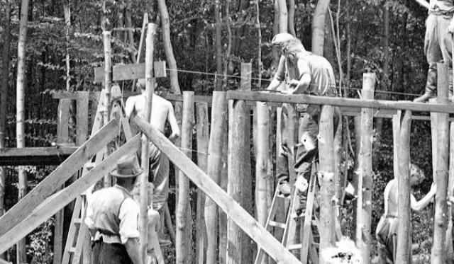 Ровно через месяц Бухенвальд стал настоящим лагерем смерти - в нем произошла первая казнь. Жертвой стал 23-летний рабочий из Альтоны Герман Кемпек, которого повесили за кражу редиски с лагерного огорода.