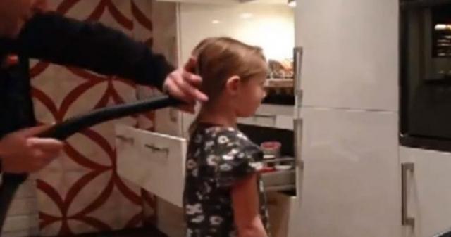 А вот для того, чтобы причесать дочку, папам может понадобиться пылесос.