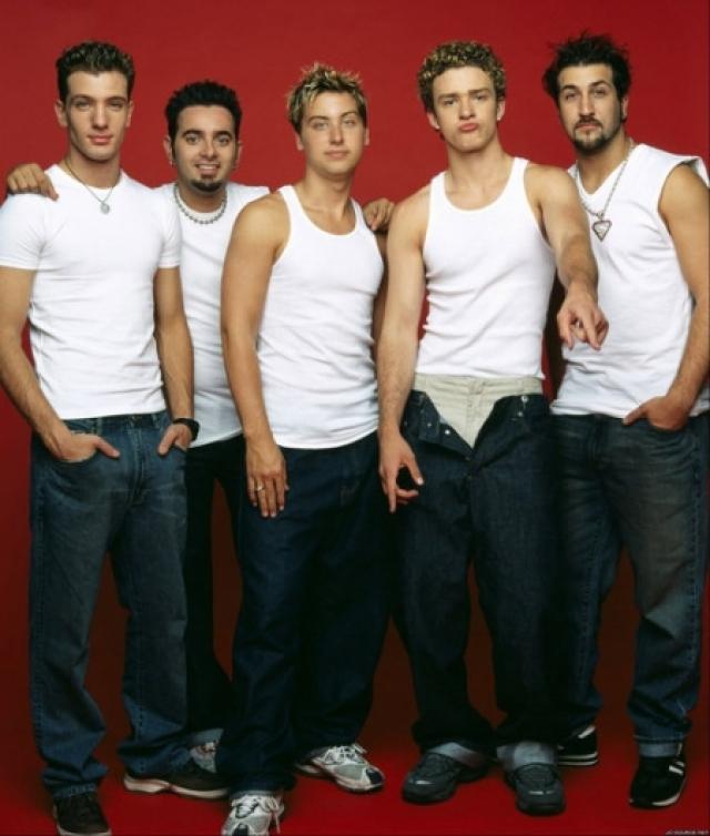 """'N Sync. """"Мальчиковая"""" группа была сформирована в 1995 году, а подростковая истерия вокруг нее достигла апогея в марте 2000 года."""