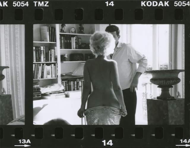 Мэрилин Монро разделась перед Джоном Кеннеди. На самом деле это постановочное фото с двойниками. В реальности никаких интимных фото Монро и Кеннеди не существовало.