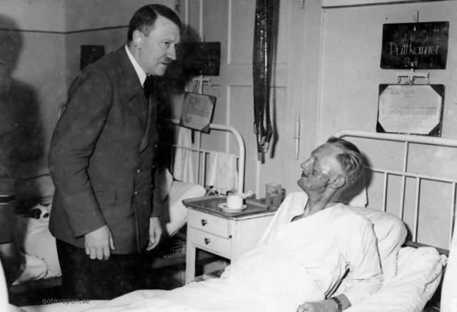 Полгода он собирал взрывчатое вещество для бомбы. Когда она была готова, он начал прятаться в кафе и ночами долбить углубление в деревянной колонне. Мощная часовая бомба была готова и настроена на 21-20 8 ноября. Не учел Эльзер одного - именно в тот год Гитлер на праздник не приехал.