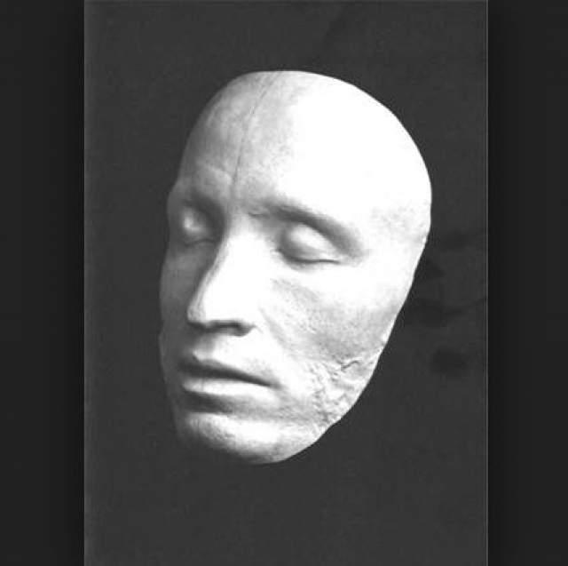 Несмотря на это, его посмертная маска полна спокойствия и одухотворенности. Сходство слепка с привычными нам портретами очевидна.