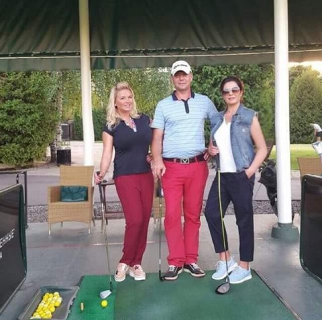 На фотографии в гольф-клубе столб рядом с Анной странным образом изогнулся.