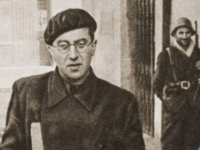 Михаил Кольцов. Поэт и писатель много работал в жанре политического фельетона, выступал с сатирическими материалами и был самым известным журналистом СССР. Под его авторством вышло более 2000 газетных статей, а также печатались многотомные собрания его сочинений.