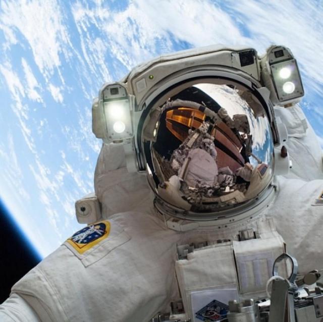Еще дальше пошел астронавт и полковник ВВС Майк Хопкинс, который снял себя 24-го декабря 2013 года на орбите планеты Земля.