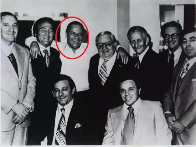 Сам певец подобные обвинения всегда опровергал, хотя достоверно известно, что его дядя входил в преступную семью Гараванте, а его родители-итальянцы были связаны и с другими мафиози.