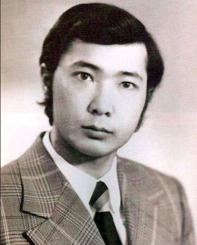 Трудовая деятельность экс-президента Киргизии включает в себя и работу грузчиком на рыбкомбинате, где он проработал целых три года.