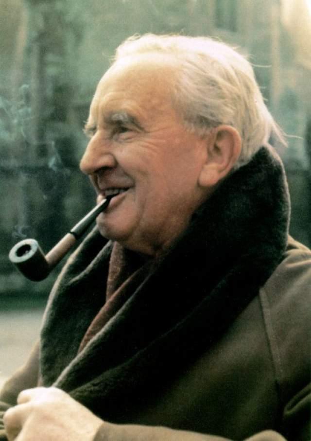 """Лишь создав """"Хоббит, или Туда и обратно"""" и """"Властелин колец, Толкин заработал столько, что американский Forbes в 2009 году назвал его пятым в числе умерших знаменитостей с самым большим доходом."""