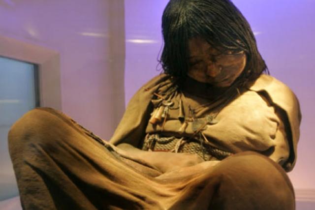 Девочка Ла Донселла. Удивительно хорошо сохранившееся тело 15-летней девушки из племени инков, вероятно, принесенной в жертву более 500 лет назад, было найдено в Южной Америке.