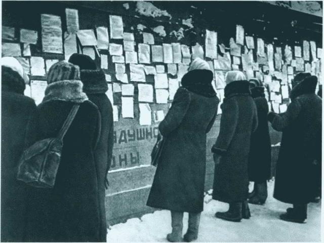 """""""Помню февраль 1942 года, когда первый раз на карточки прибавили хлеба. В 7 часов утра открыли магазин и объявили о прибавке хлеба. Люди так плакали, что мне казалось, дрожали колонны. С тех пор прошел уже 71 год, а я не могу войти в помещение этого магазина""""."""