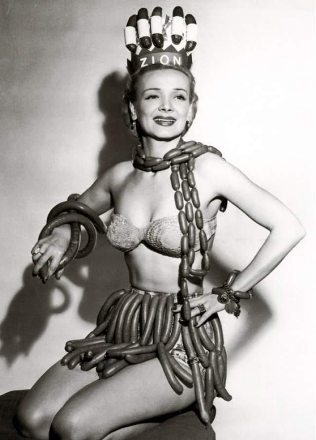 """Джин Кортни, королева сосисок - 1955. Конкурс проходил в рамках национальной недели хот-догов и был проспонсирован мясной компанией """"Зион""""."""