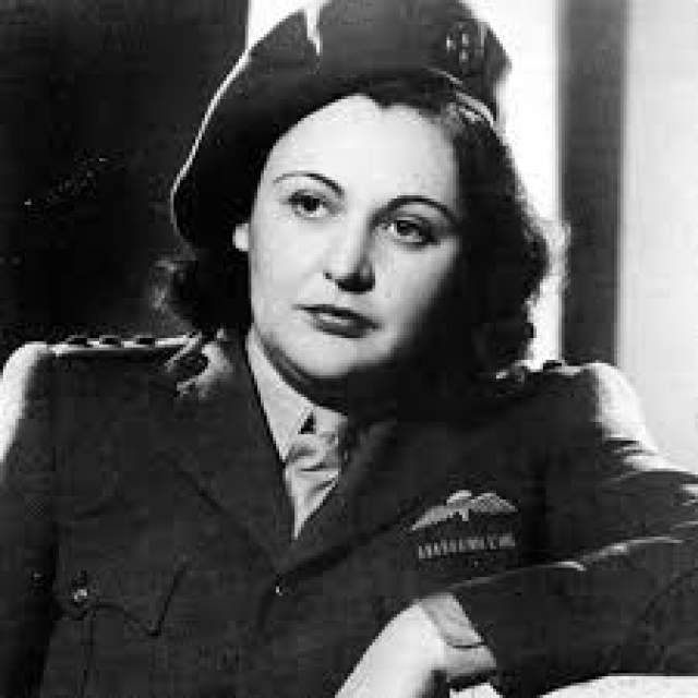 Нэнси Уэйк (Грейс Августа Уэйк). 1912- 2011. Родившаяся в Новой Зеландии девушка внезапно получила богатое наследство и переехала в Нью-Йорк, а затем - в Европу. В 30-х годах работала корреспондентом в Париже, критикуя нацизм.