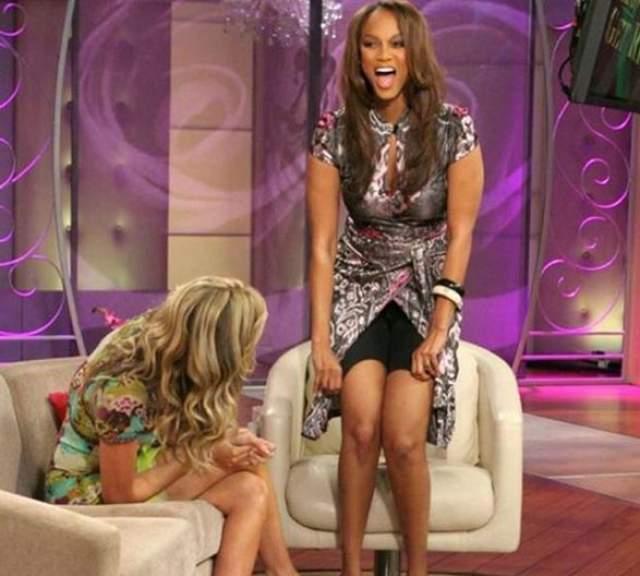Тайра Бэнкс продемонстрировала утягивающие шорты в эфире телешоу.