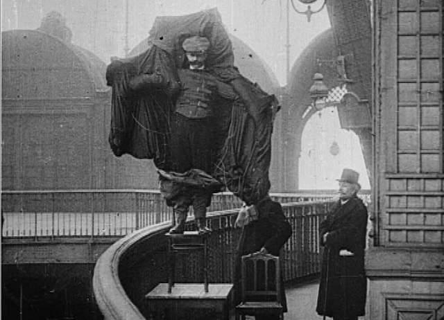 Франц Рейхельт: спрыгнул с Эйфелевой башни в плаще-парашюте. Французский изобретатель в 1912 году решил спрыгнуть с Эйфелевой башни, чтобы испытать свое изобретение.Причем он получил разрешение от властей, но те были уверены, что эксперимент будет проводиться на манекене.