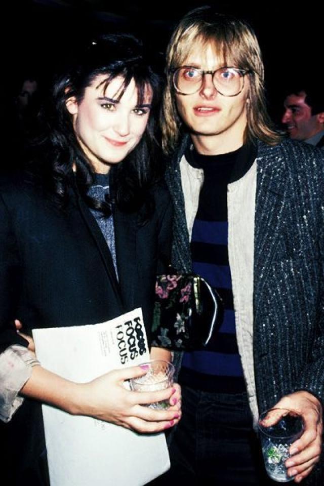 Деми Мур (3 брака). В 21 год начинающая актриса Деми Гайнс вышла замуж за рок-музыканта Фредди Мура , который был старше невесты на 12 лет. Этот союз длился пять лет и дал будущей мировой звезде фамилию, под которой она прославилась.