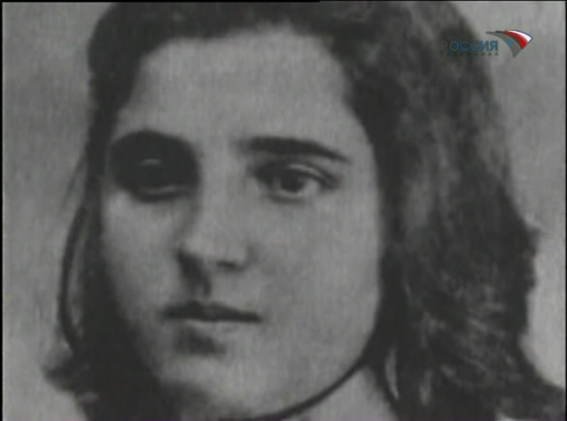 В 1917 году 39-летний Сталин уже в Петрограде познакомился с 16-летней Надеждой Аллилуевой. Через два года они официально поженились.