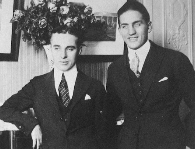 """Во время Второй мировой войны """"Комитет помощи России в войне"""" пригласил Чаплина выступить на митинге Свою речь Чаплин начал с обращения """"Товарищи!"""" и призвал как можно скорее открыть второй фронт. После этого выступления Чаплина стали считать коммунистом."""