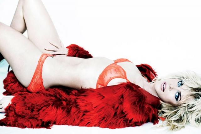 В 2012 году 45-летняя Николь Кидман радикально сменила имидж ради съемок в откровенной фотосессии для журнала V Magazine.