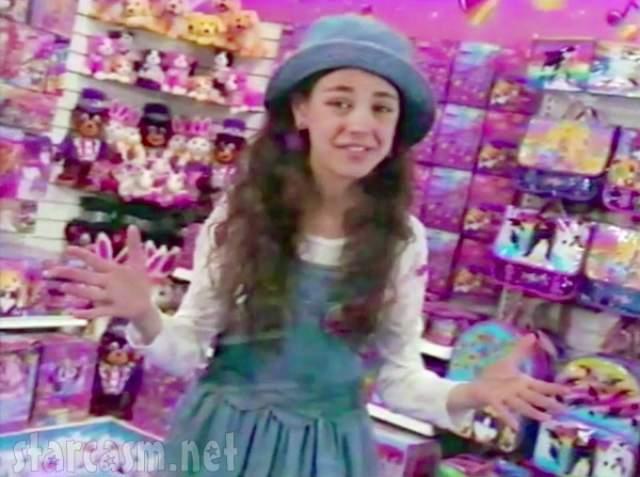 Мила Кунис начинала карьеру в частности и в рекламе, появившись в 10 лет в ролике, рекламирующем игрушки Lisa Frank.