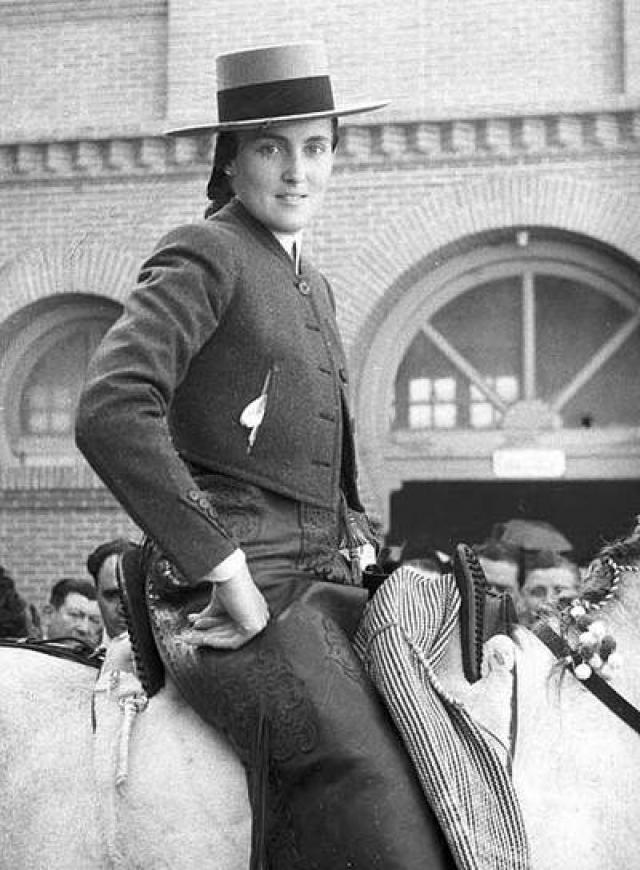 Кончита Синтрон в 1937 году в возрасте 15 лет начинает выступать как тореадор. За свою 13-летнюю карьеру она победила 800 быков. Она закончила выступления в 1951 году. К. Синтрон считают первой профессиональной женщиной-тореадром в истории.