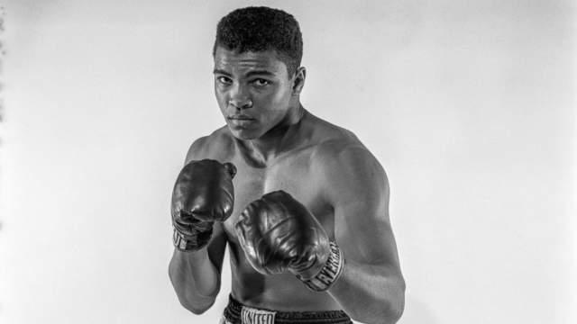 Мохаммед Али. Непобедимый спортсмен был настоящим олицетворением боксера-чемпиона, любимцем женщин, неудивительно, что уже в его зрелые годы одна из компаний заплатила 50 миллионов долларов за использование имиджа и внешности легендарного боксера