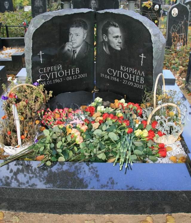 В декабре 2001 года он погиб за рулем снегохода вместе с пассажиркой: они врезались в дерево.