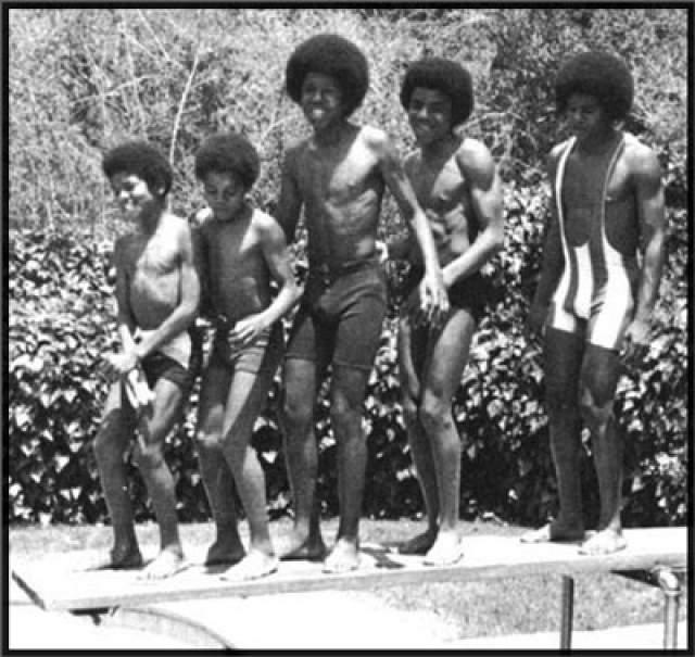 Майкл Джексон. Уже практически не помнит о том, что свою карьеру король поп-музыки начинал популярной в 60-е и 70-е годы группы Jackson 5. Она состояла, как нетрудно догадаться, из мальчиков с фамилией Джексон.